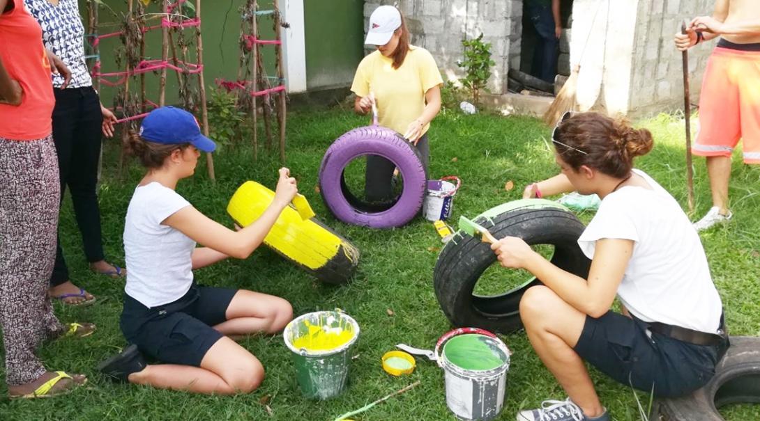 スリランカで教育施設の遊び場の整備に取り組むチャイルドケアボランティアたち